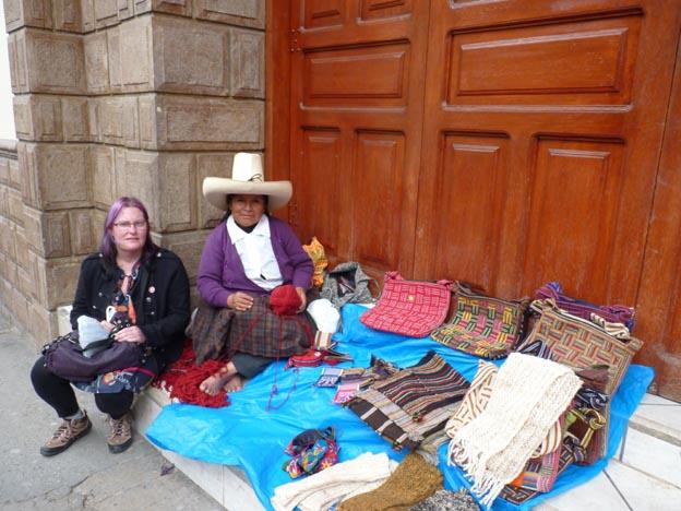 En kvinna som sålde och tillverkade hantverk på gatan utanför hotellet.