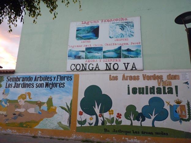 Målningar och affischer på en vägg.