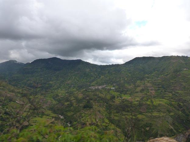 På väg till Maxima. På andra sidan av dalen fanns det några hus.