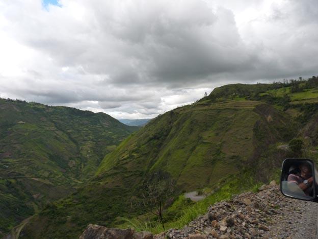 Vägen slingrade sig längs med berget. På andra sidan var det höga stup, rakt ner i dalen.